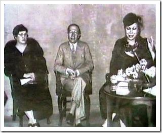 Margarita Xirgu dando una conferencia