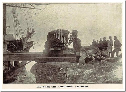 Cargando el meteorito en un barco