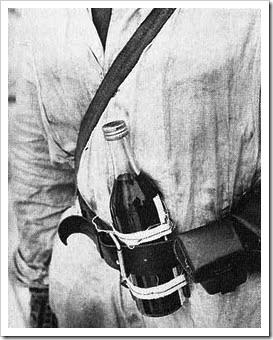 Soldado fines con un cóctel molotov