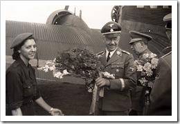 Una jóven recibe a Himmler en el Prat