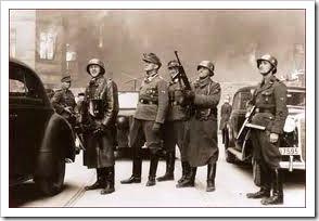 Tropas nazis en el gueto de Varsovia