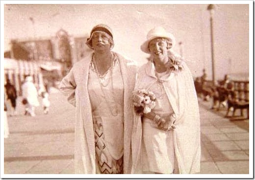 Kitty Schmidt, a la izquierda